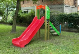 PLAYGROUND_ESSENTIALS_300_SCIVOLO_CON_SCALA